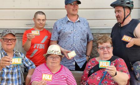 Kuusi ihmistä pitävää joukkoliikenne Fölin matkakortteja kädessä ja näyttävät niitä kuvaajalle.
