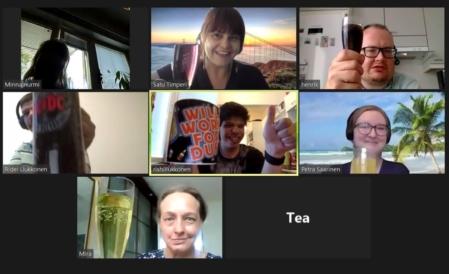 Tietokoneen näytöllä verkkokokous, jossa kahdeksa ihmistiä skoolaa hyvin onnistuneelle iskuryhmälle.